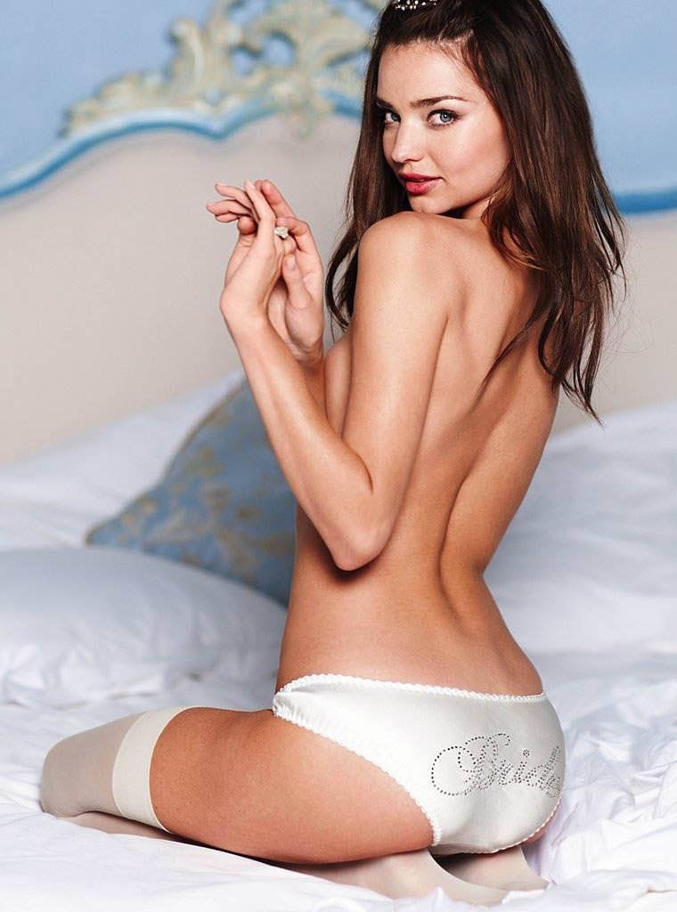 ミランダ・カーのノーブラ姿がぐうエロいパンツ一丁のポルノ画像 0810