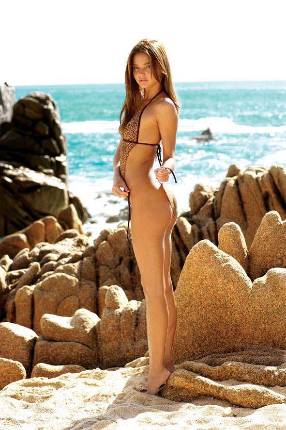 海辺のミランダ・カーのロリフェイスがめっちゃ可愛いビキニ姿www 1522