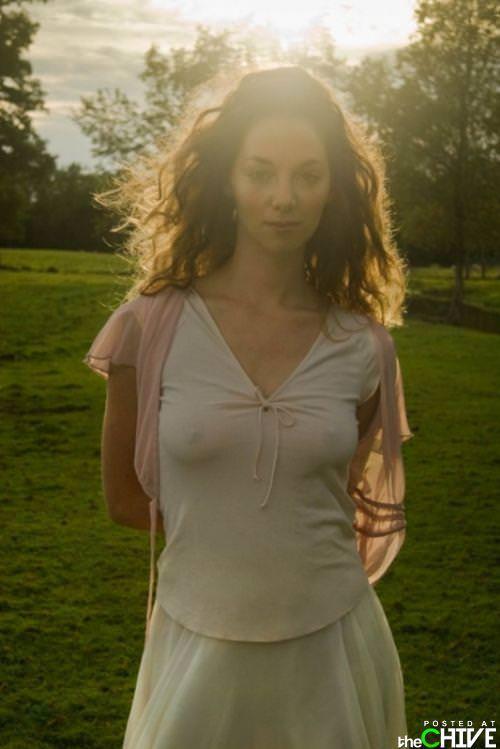 ノーブラ乳首が主張してTシャツにポッチを作ってる外人美女の巨乳おっぱいwwww 1615