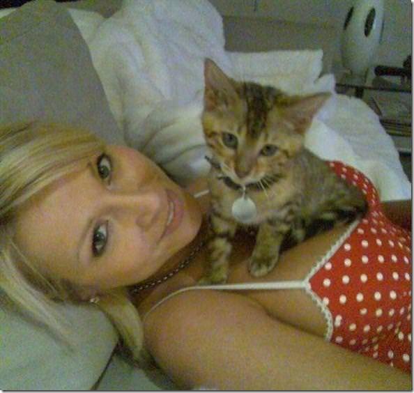外国人の爆乳おっぱいでくつろぐ子猫が可愛すぎてタマランチwww 1813