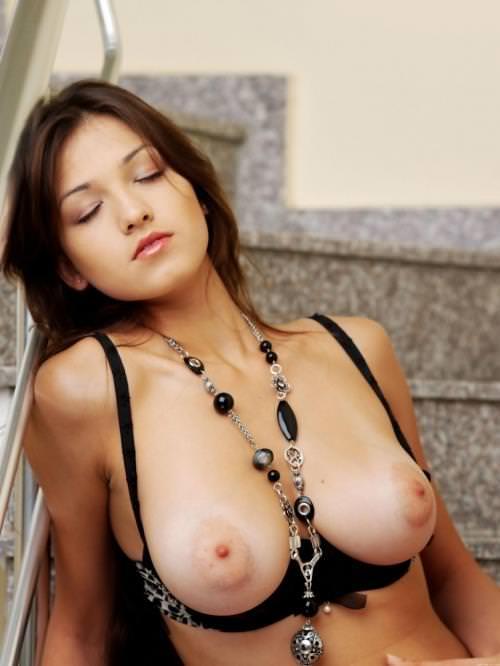 乳首吸い付きたくてたまんね~ぷっくり膨らむ外人美人の乳輪おっぱいがエロすぎwwww 296