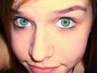 眼の色が宝石のように綺麗な色をしてる外人美人wwww