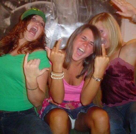 お酒に酔っ払ってレズったり乱れる素人娘たちのおふざけパーティーwwwwww 3035