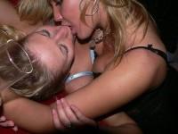 お酒に酔っ払ってレズったり乱れる素人娘たちのおふざけパーティーwwwwww