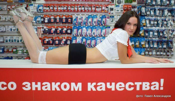 むっちりラインのセクシーな格好でお店番をする携帯ショップ店員wwww 3107