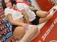 むっちりラインのセクシーな格好でお店番をする携帯ショップ店員wwww