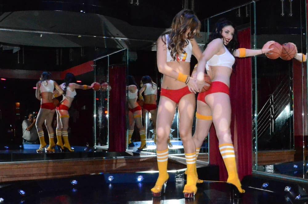 ホットパンツからはみ出る生尻がクッソエロいwwwチアガールのコスプレで客を魅了する海外美女たちwwww 3124