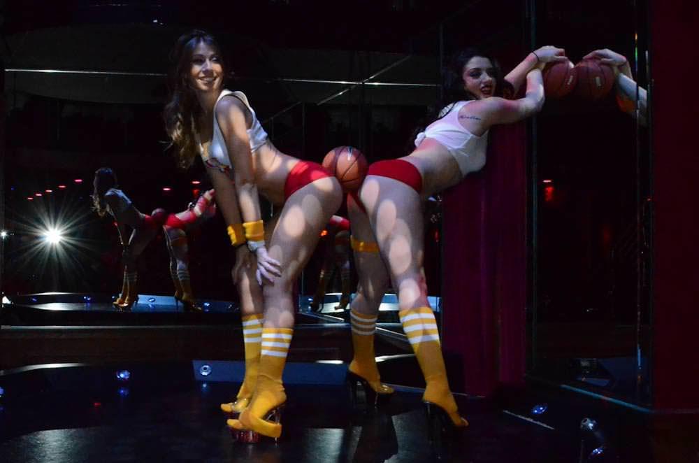 ホットパンツからはみ出る生尻がクッソエロいwwwチアガールのコスプレで客を魅了する海外美女たちwwww 3132