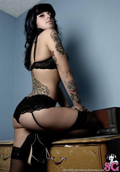 白い素肌にタトゥーを彫った海外美人wwww 1009
