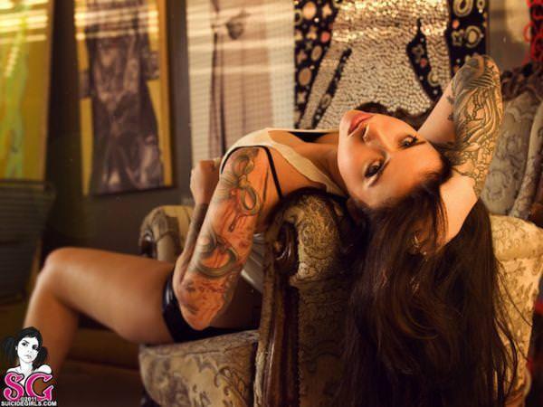 白い素肌にタトゥーを彫った海外美人wwww 1018