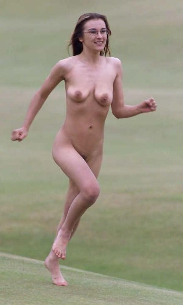 競技場を颯爽と駆け抜ける露出狂全裸の変態外人お姉さんwwwww 1202