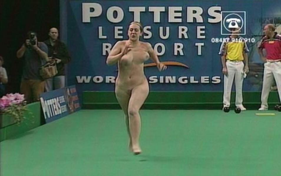 競技場を颯爽と駆け抜ける露出狂全裸の変態外人お姉さんwwwww 1208