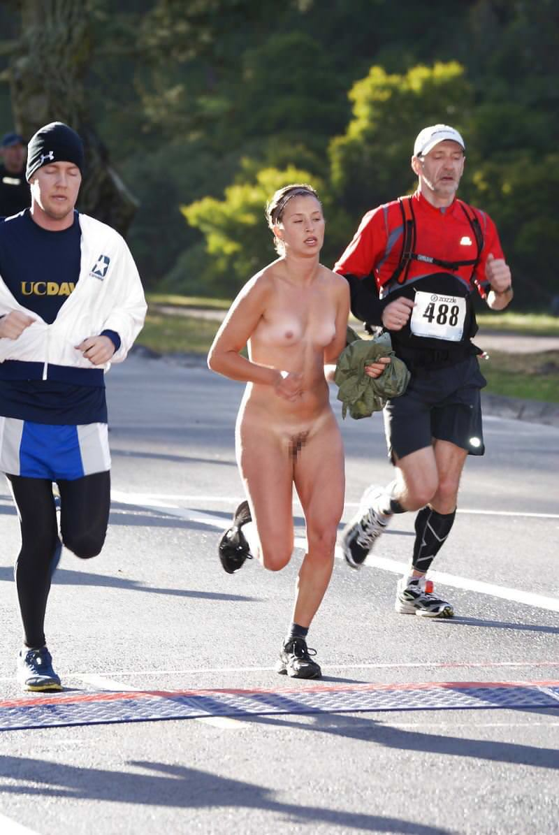 競技場を颯爽と駆け抜ける露出狂全裸の変態外人お姉さんwwwww 1213