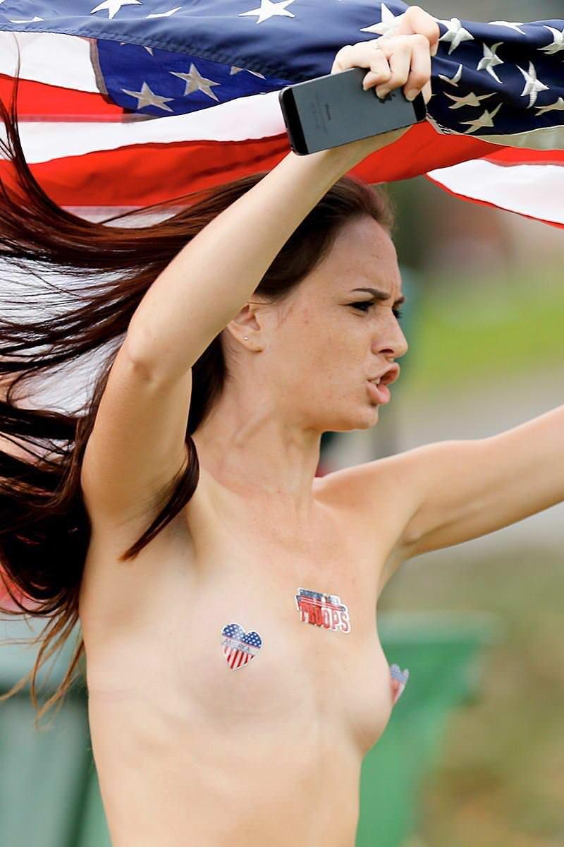 競技場を颯爽と駆け抜ける露出狂全裸の変態外人お姉さんwwwww 1225