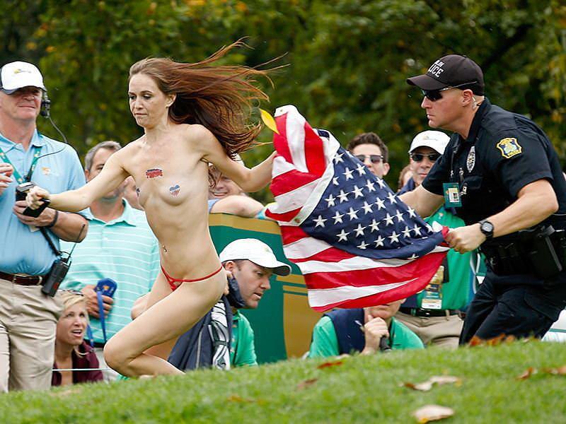 競技場を颯爽と駆け抜ける露出狂全裸の変態外人お姉さんwwwww 1226