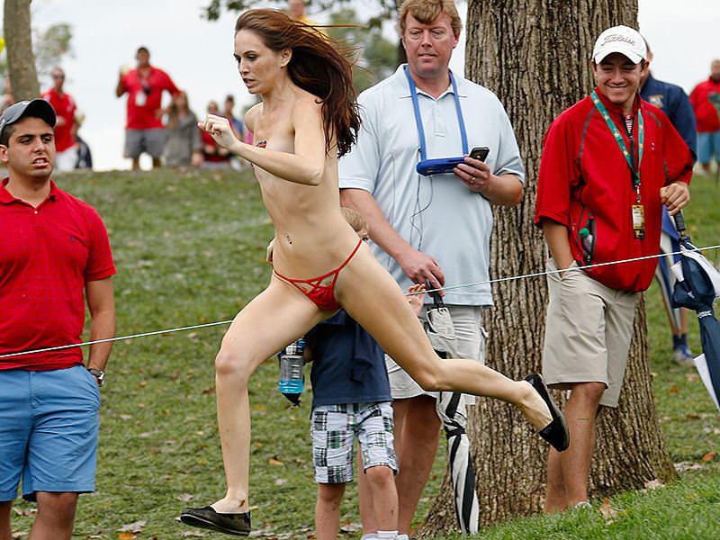 競技場を颯爽と駆け抜ける露出狂全裸の変態外人お姉さんwwwww 1227