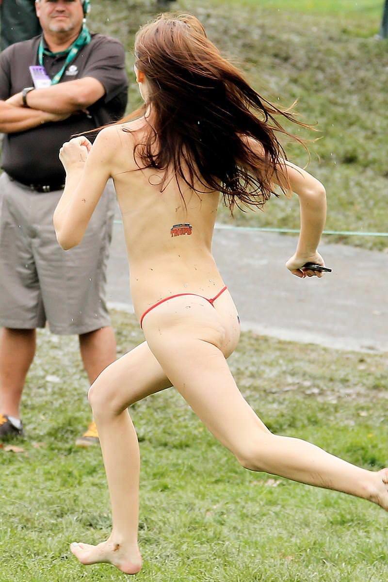 競技場を颯爽と駆け抜ける露出狂全裸の変態外人お姉さんwwwww 1229