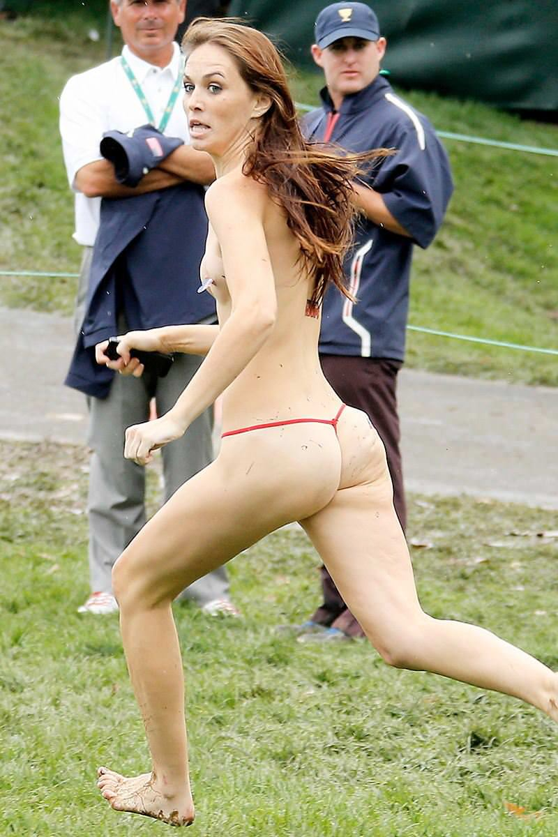 競技場を颯爽と駆け抜ける露出狂全裸の変態外人お姉さんwwwww 1230