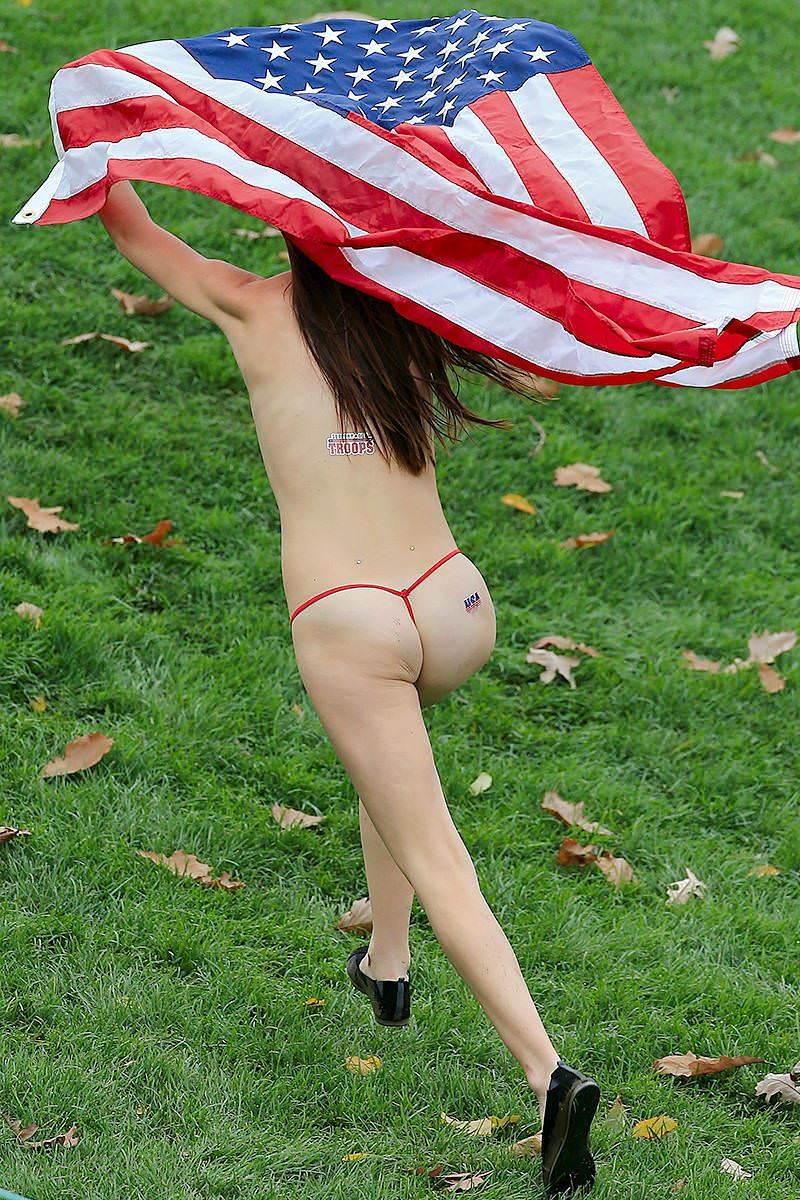 競技場を颯爽と駆け抜ける露出狂全裸の変態外人お姉さんwwwww 1231