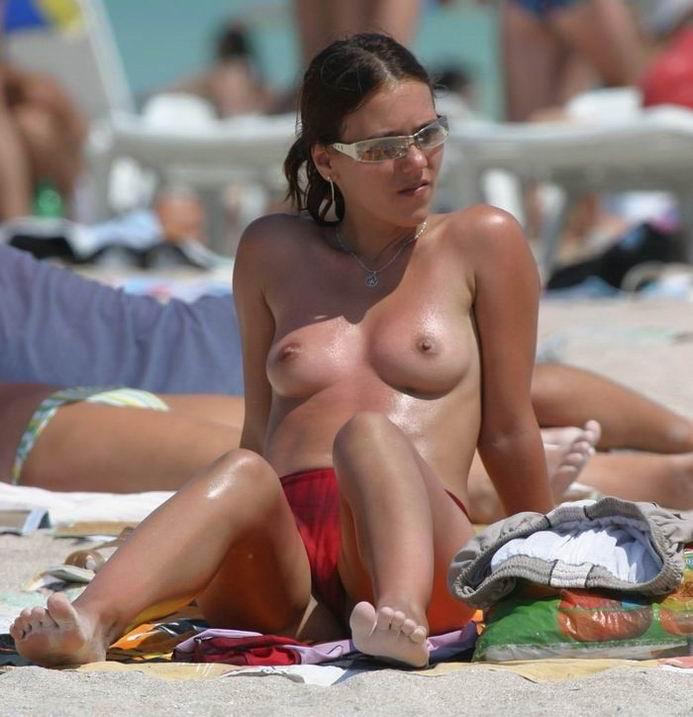 ヌーディストビーチでのんびりくつろぐエロ娘をストーキング盗撮wwww 1705