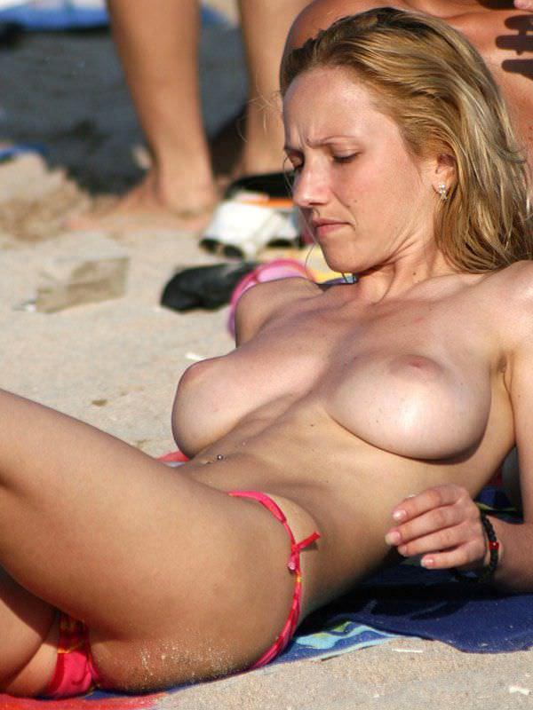 ヌーディストビーチでのんびりくつろぐエロ娘をストーキング盗撮wwww 1710