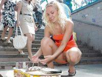 ミニスカ外国人のパンチラ街撮りしたらマンコ拝めた海外ノーパン画像集