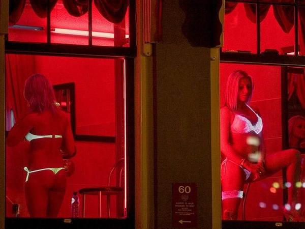 海外の売春宿(飾り窓)の画像を貼ってく。 → 髪金の姉ちゃんウハウハでクソワロタwwww 01 7