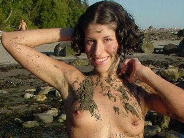 全身泥まみれになった外国人のヌード画像wwww 01 23