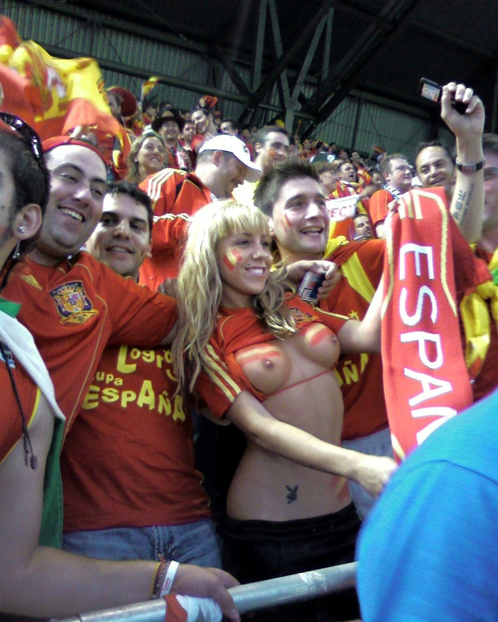 【海外ワールドカップエロ画像】サッカーの応援してる海外美女がオッパイでかすぎてマジでエロ杉注意ーーー❖ 1 135