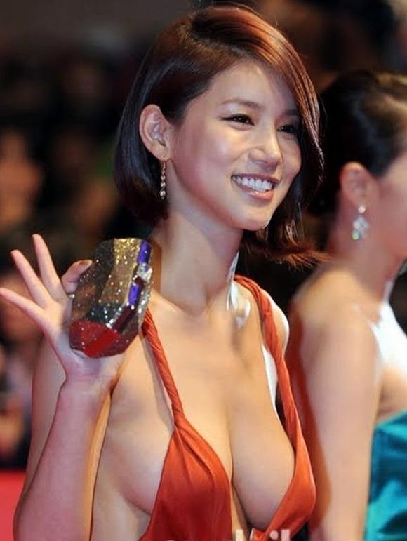 【映画祭エロ画像w】『ノーブラですか?ノーブラですね』乳首が見えそうでたまらないwwww 11 64