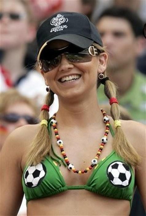 【海外ワールドカップエロ画像】サッカーの応援してる海外美女がオッパイでかすぎてマジでエロ杉注意ーーー❖ 12 110