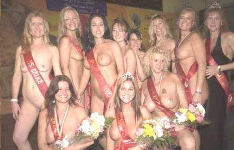 【ヌードコンテスト】海で美女たちが全裸ヌード写真撮りまくりwwどのこで抜くか迷っちゃうwwww 12 47