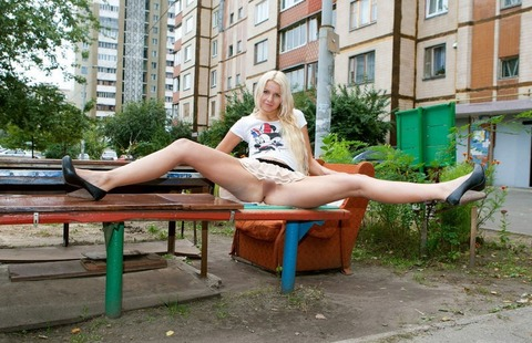 【外国人露出】『パイパン美少女可愛すぎるだろwww』寒いのに野外で全裸とかマジで神だな!!!!!!! 14 80