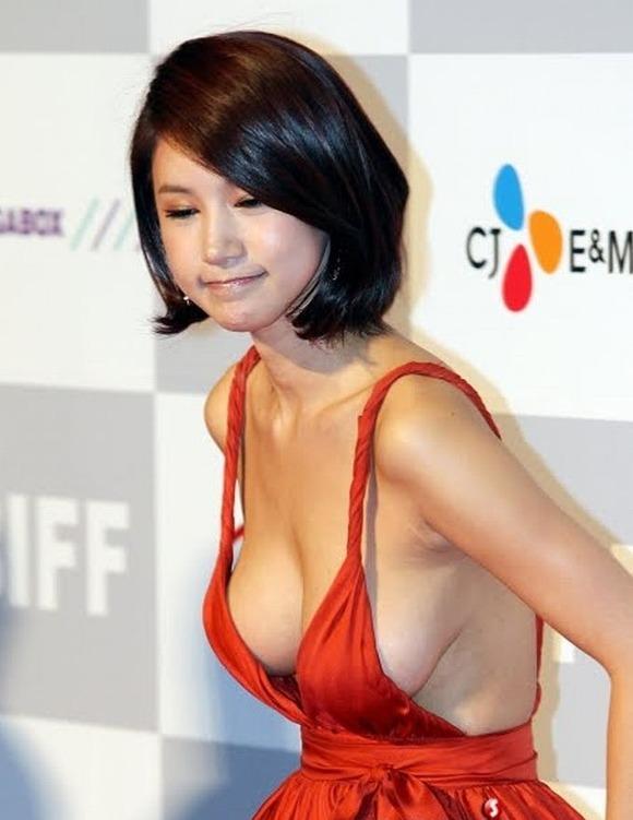 【映画祭エロ画像w】『ノーブラですか?ノーブラですね』乳首が見えそうでたまらないwwww 15 58