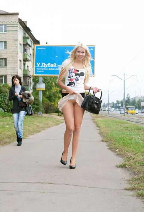 【外国人露出】『パイパン美少女可愛すぎるだろwww』寒いのに野外で全裸とかマジで神だな!!!!!!! 16 75