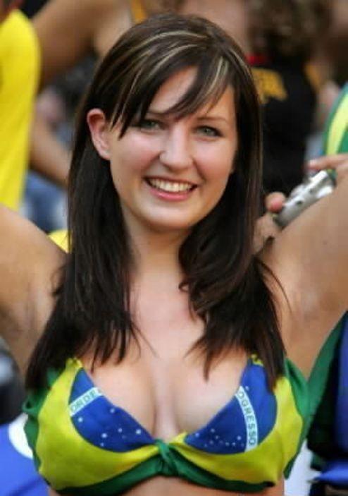【海外ワールドカップエロ画像】サッカーの応援してる海外美女がオッパイでかすぎてマジでエロ杉注意ーーー❖ 17 98