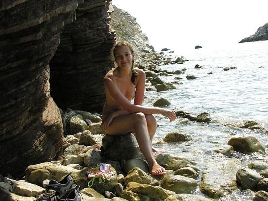 (゚∀゚)キタコレ!!素人の外人エロ画像w海や山の人気のいないところで彼女が彼のカメラで撮影しちゃうw 18 14