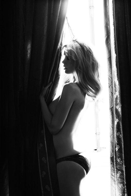 白黒写真がエロスを引き立てるw美女たちがヌード写真で見せる極上エロポルノ画像www 18 23