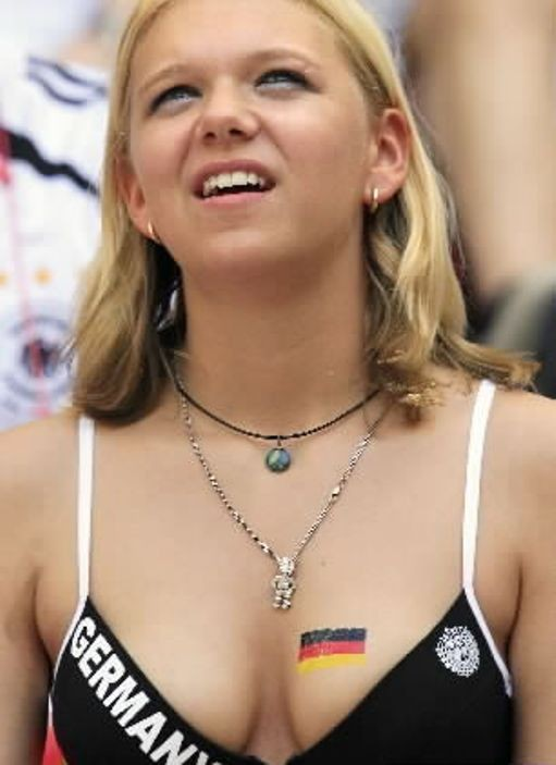 【海外ワールドカップエロ画像】サッカーの応援してる海外美女がオッパイでかすぎてマジでエロ杉注意ーーー❖ 18 97