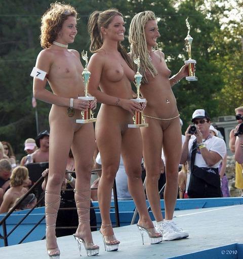 【ヌードコンテスト】海で美女たちが全裸ヌード写真撮りまくりwwどのこで抜くか迷っちゃうwwww 19 40