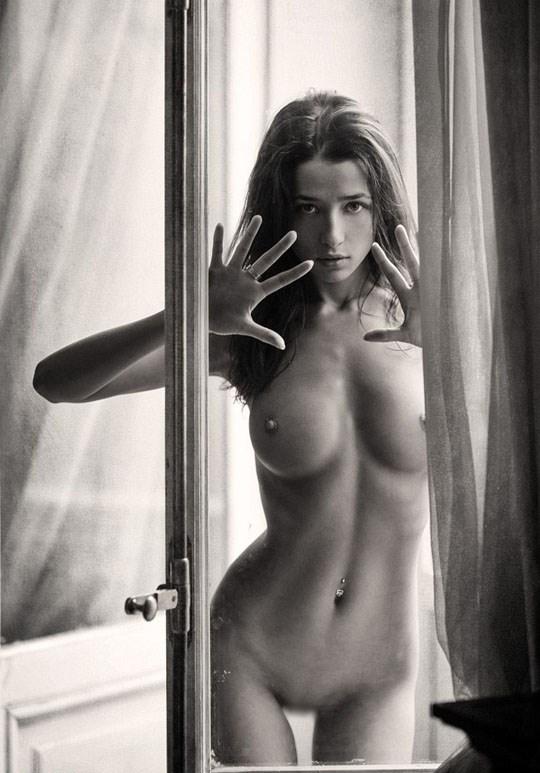 白黒写真がエロスを引き立てるw美女たちがヌード写真で見せる極上エロポルノ画像www 20 22