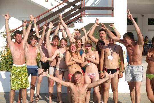 ロシア外人のエロ画像!大人数の大学生がおふざけでセミヌード撮影しちゃうw見えそうなところがマニアにはたまらん♡ 28 10