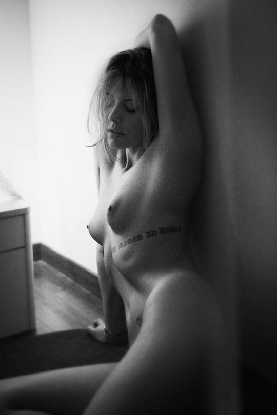 白黒写真がエロスを引き立てるw美女たちがヌード写真で見せる極上エロポルノ画像www 28 15