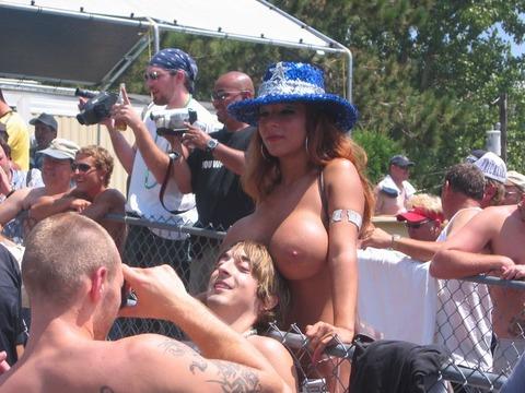 【ヌードコンテスト】海で美女たちが全裸ヌード写真撮りまくりwwどのこで抜くか迷っちゃうwwww 3 57