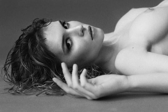 白黒写真がエロスを引き立てるw美女たちがヌード写真で見せる極上エロポルノ画像www 30 13