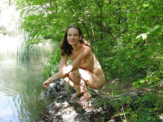 (゚∀゚)キタコレ!!素人の外人エロ画像w海や山の人気のいないところで彼女が彼のカメラで撮影しちゃうw 30 7
