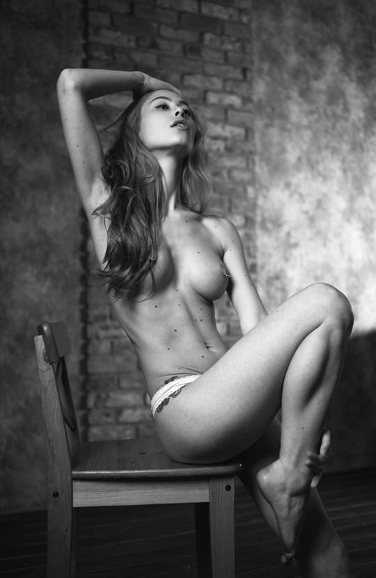 白黒写真がエロスを引き立てるw美女たちがヌード写真で見せる極上エロポルノ画像www 31 9
