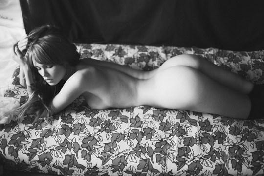 白黒写真がエロスを引き立てるw美女たちがヌード写真で見せる極上エロポルノ画像www 35 8