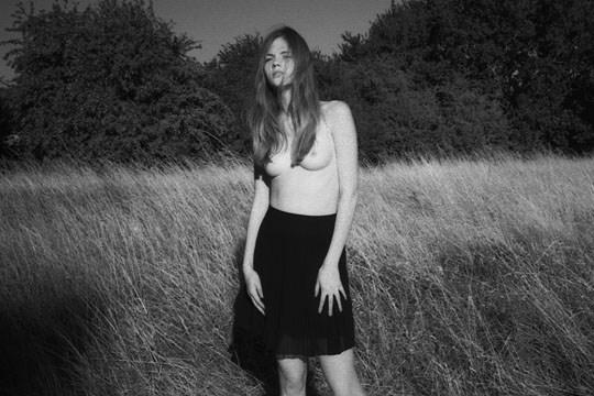 白黒写真がエロスを引き立てるw美女たちがヌード写真で見せる極上エロポルノ画像www 36 8