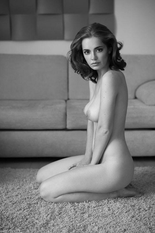 白黒写真がエロスを引き立てるw美女たちがヌード写真で見せる極上エロポルノ画像www 4 32